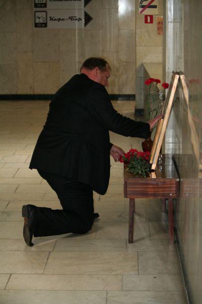 Сергей Иванович возлагает цветы к месту гибели боевого товарища.