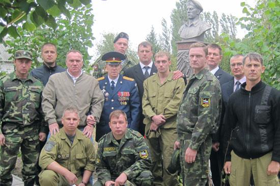 Ветераны спецназовцы у памятника
